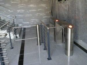 Framus-Warwick-Dresperre-und-Schwenktür-als-Zugang-für-einen-Veranstaltungsbereich