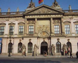 Zugang Deutsches Historisches Museum mit Drehtür
