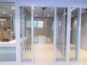Justizzentrum Bochum – Besucherschleuse mit Schiebetüren – Ansicht von Außen