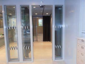 Justizzentrum Bochum – Behindertenzugang mit Schiebetüren – Ansicht von Innen