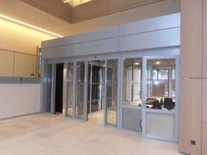 Justizzentrum Bochum – Besucherschleuse mit Schiebetüren – Ansicht von-Innen