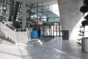 Sony-Center Berlin vierflügelige Drehtrommeltür mit Edelstahl