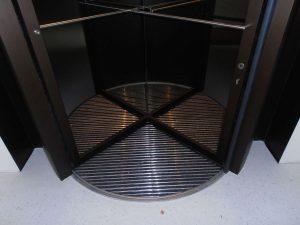 Karusselltür Einbruchhemmung mit Bronze Eloxal Detail Bodenbelag
