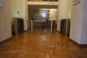 hochwertige Drehsperre Schwenktür Fluchtweg im Innenbereich mit Denkmalschutz