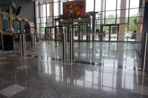 Schwenktür Glas und Edelstahl als Ausgang im Kino mit Öffnung über Bewegungsmelder