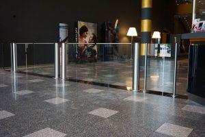 Schwenktür Glas und Edelstahl als Ausgang im Kino
