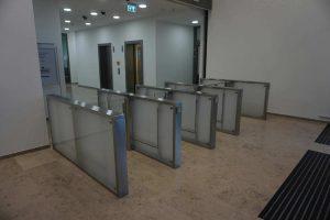 Sensorschleuse mit Glas und Edelstahl als Vereinzelungsanlage Ansicht von außen