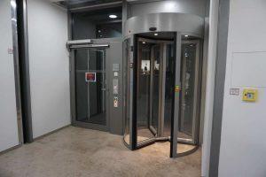 Fluchttür mit Vereinzelungsanlage in RC 2