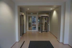Ministerium Berlin Sicherheitsschleuse von außen mit zusätzlicher Fluchttür