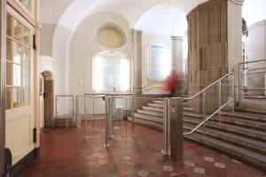 Landgericht Berlin Mitte Zugang Schwenktür und Personenleitbügel