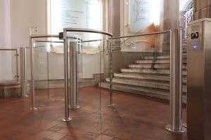 Landgericht Berlin Mitte Vereinzelungsanlage halbhohes Drehkreuz