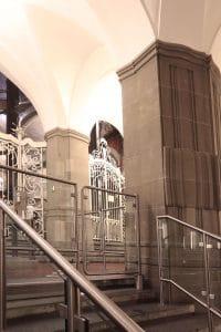 Landgericht Berlin Treppenaufgang mit Leitbügel und manueller Schwenktür