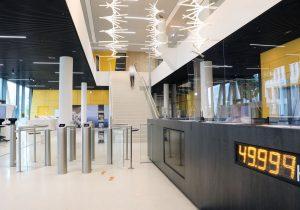 Foyer Zugang mit halbhohem Drehkreuz und halbhoher Schwenktür von außen