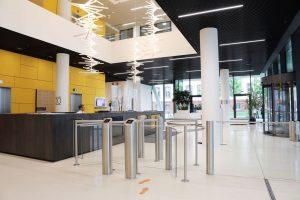 Foyer Zugang mit halbhohem Drehkreuz und halbhoher Schwenktür von innen