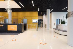 Foyer Zugang mit Schwenktüren und Drehkreuzen