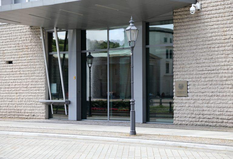 Stahlglaskonstruktion mit Unterflurschiebetüranlage